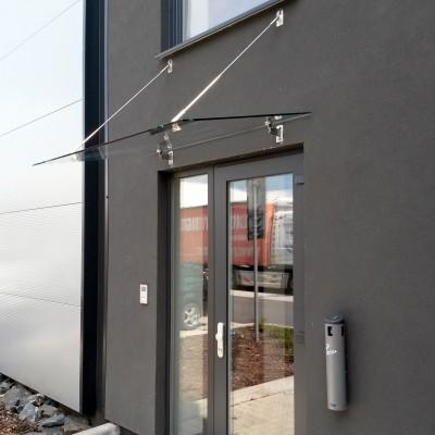 Skleněná stříška nad dveře s táhly